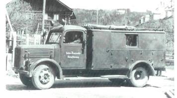 Ende 1947 bekam die Feuerwehr Ampflwang ihren ersten Rüstwagen, der allerdings erst umgebaut werden musste.