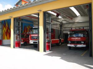 dreitorige Fahrzeughalle mit KLF, TLF A - 2000 und LFB
